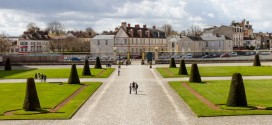 La cour d'honneur face au château de Fontainebleau