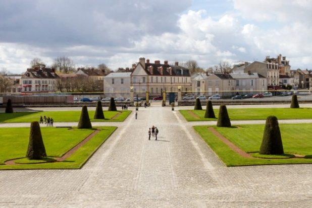 La cour d'honneur face au château de Fontainebleau - Extérieurs , parcs et jardins